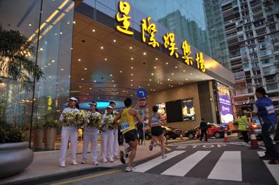 银娱员工自发组织的啦啦队於星际酒店及娱乐场,落力为各地跑手打气