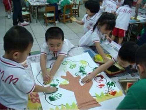 幼儿班《手印画:树叶》:要使点劲儿才漂亮哦