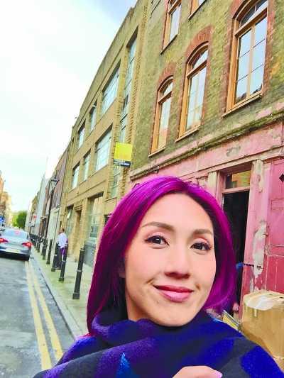 千嬅在伦敦街头玩自拍