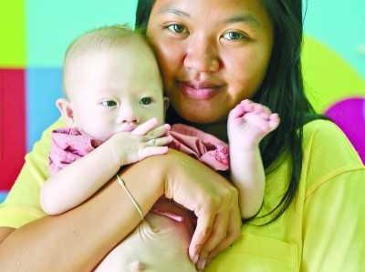 二十一岁的泰国代理孕母帕特  拉蒙及其唐氏儿  (美联社)