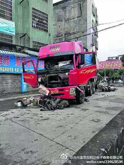 广东连州市拖车冲向人行道的事故现场 (微博截图)-清远拖车铲人行图片